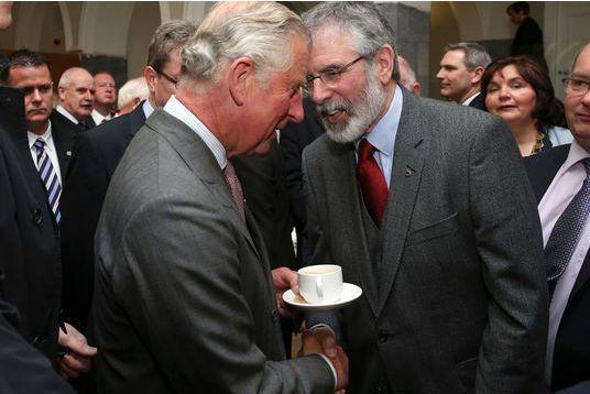 Une poignée de main historique pour Charles à Galway
