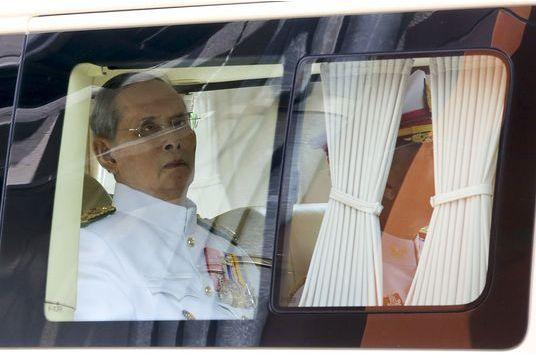 Le roi de Thaïlande fait une apparition publique