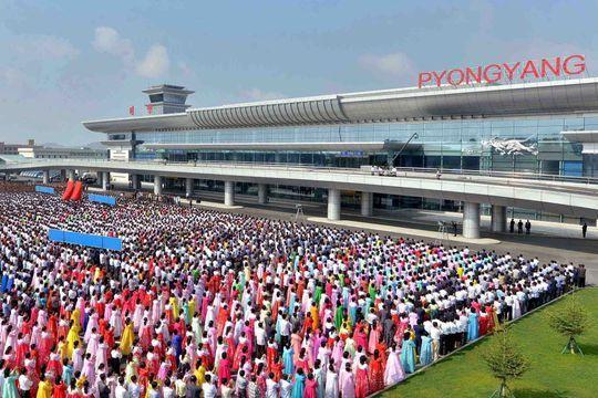 """L'aéroport de Pyongyang, """"cristal de la noble loyauté"""""""
