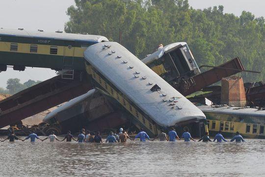 Spectaculaire accident de train au Pakistan