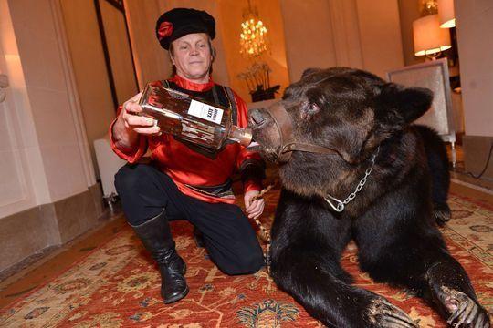 L'ours ne fera plus son cirque au Plaza Athénée!