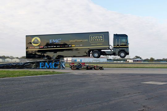 Un camion saute par dessus une Formule 1