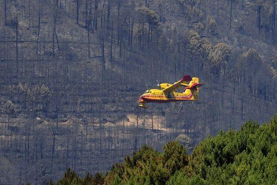 La Corse lutte contre les flammes
