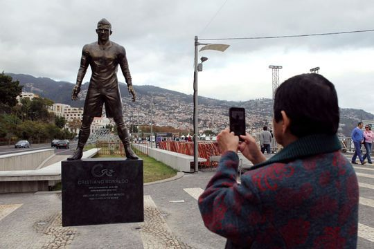 Ronaldo, sa statue ne laisse pas de marbre