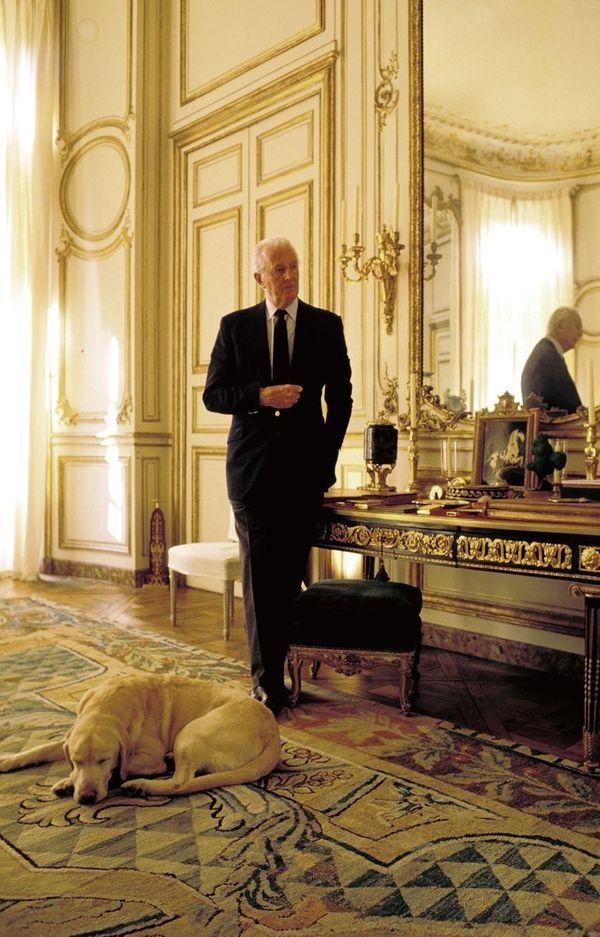 Hubert de Givenchy en novembre 1993, avec l'un de ses labradors qui l'accompagnent depuis toujours.