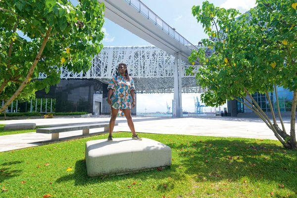 Princess Erika devant le Memorial ACTe, le Centre caribéen d'expressions et de mémoire de la Traite et de l'Esclavage »