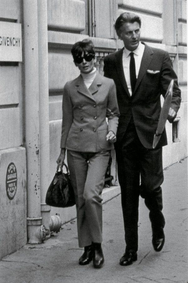 Audrey Hepburn, avec le couturier, à Paris
