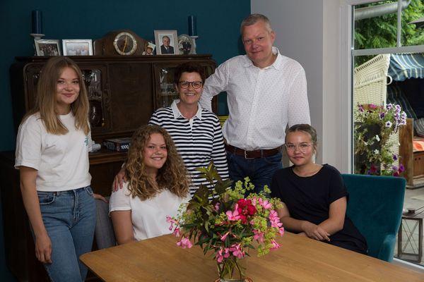 Olivier, Susanne et leurs trois filles Jule, Lucie et Ida, ont organisé la levée de fonds pour approvisionner les travailleurs de l'abattoir confinés derrière la clôture.