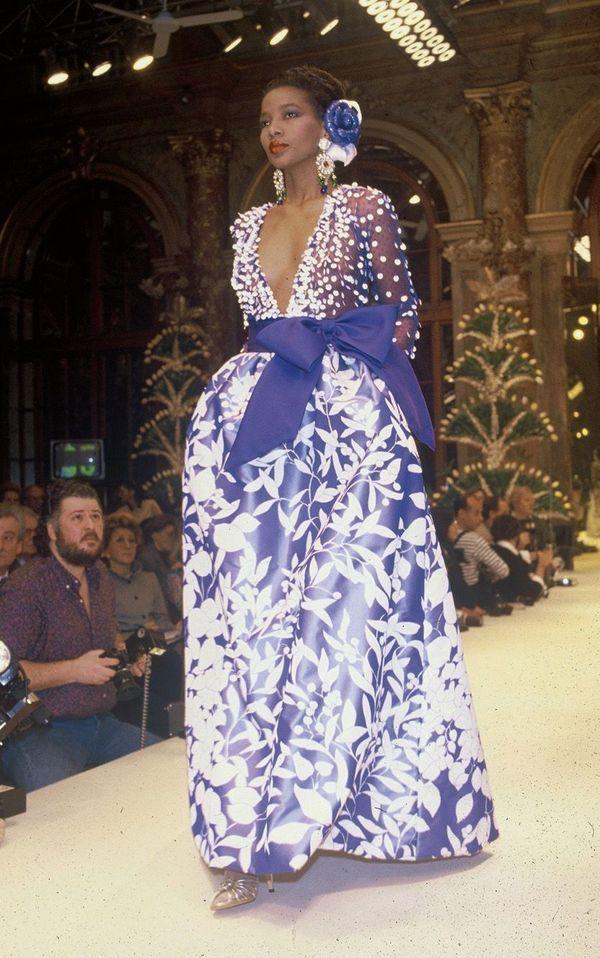Précurseur, Hubert de Givenchy a fait défiler des mannequins noirs dont Mounia, la top model.