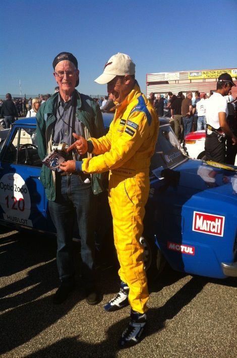 Dans les paddocks du circuit de Bresse, notre fan, André Burnichon avec Jean-Christophe Batteria, le pilote de notre Alfa. Il nous apporte la photo qu'il a prise de nous l'année d'avant.