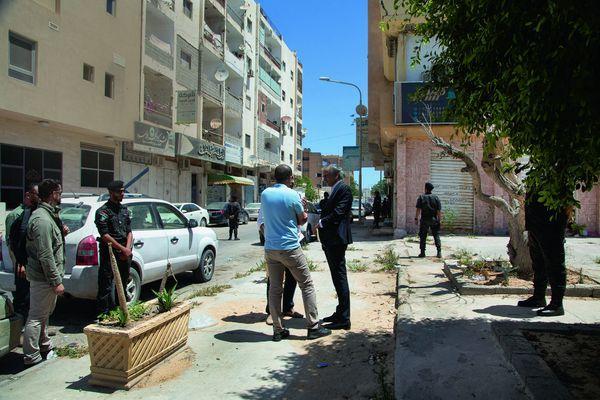 A Misrata, devant l'hôtel Taj. En bleu, le commandant d'une des brigades qui a libéré Syrte, occupée par Daech, en 2016.
