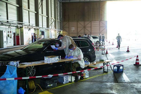 Un drive-in pour le dépistage dans un hangar désaffecté de l'ancien aéroport britannique de Verl.