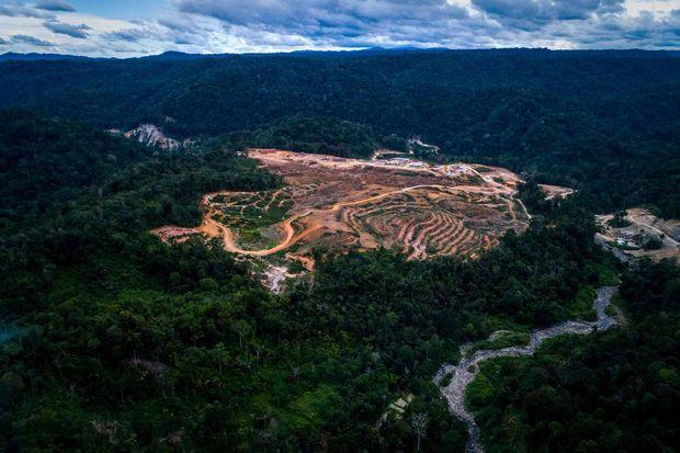 Vue aérienne du projet de construction du barrage hydroélectrique dans la forêt tropicale de Sumatra.