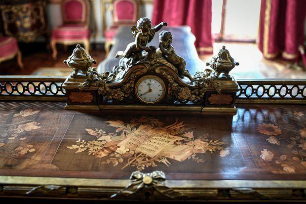 Détail du secrétaire à cylindre de Louis XV au château de Versailles