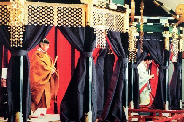 L'empereur Akihito avec l'impératrice Michiko du Japon lors des cérémonies de son intronisation à Tokyo, en novembre 1990