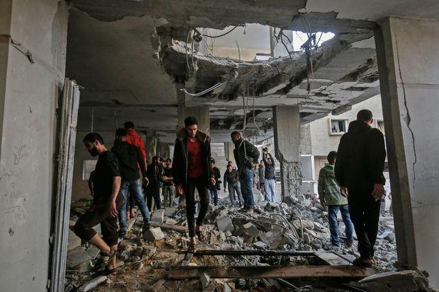 Des hommes observent les dégâts à Rafah, dans la bande de Gaza, le 5 mai 2019.