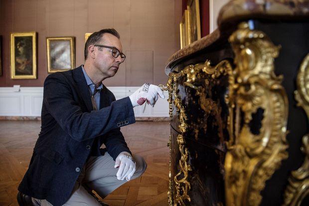 Laurent Salomé devant la commode rachetée par le château de Versailles et replacée dans la chambre de la Dauphine, le 5 juillet 2019