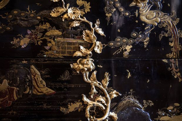 Détail de la commode rachetée par le château de Versailles replacée dans la chambre de la Dauphine, le 5 juillet 2019