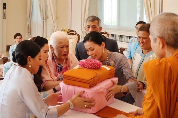 La reine Sirikit de Thaïlande entourée des siens à Bangkok le jour de ses 87 ans, 12 août 2019