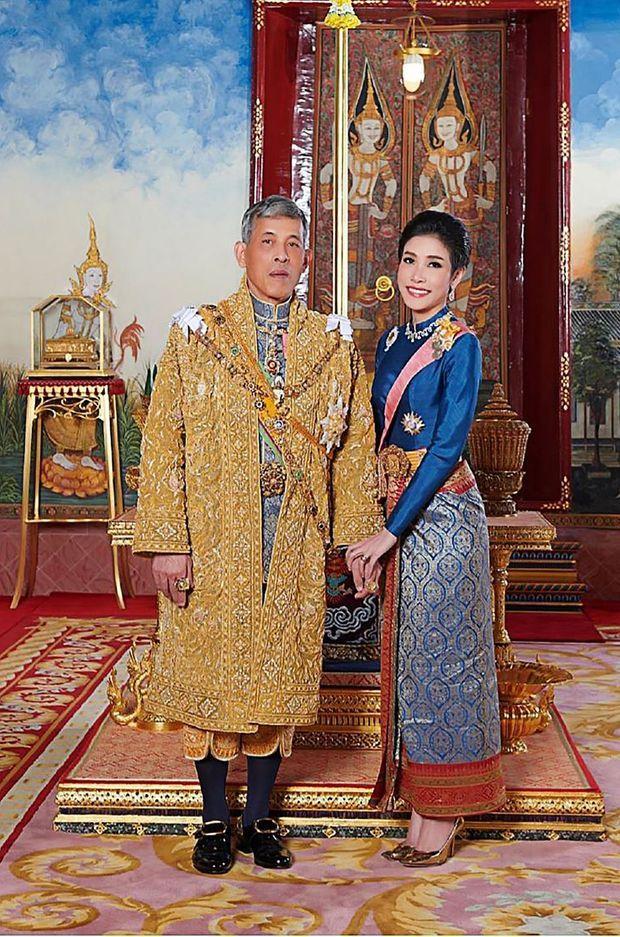 Le roi de Thaïlande Maha Vajiralongkorn avec sa concubine Sineenat Bilaskalayani, sur l'une des photos diffusées le 26 août 2019