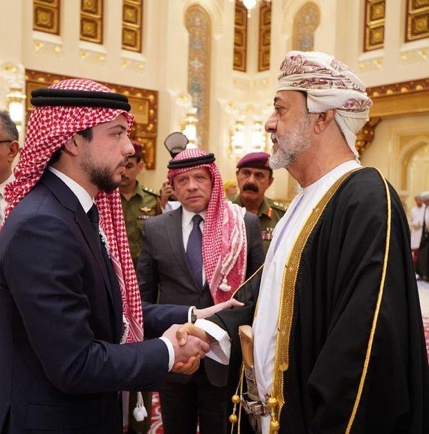 Le prince Hussein et le roi Abdallah II de Jordanie avec le nouveau sultan d'Oman à Mascate, le 12 janvier 2020