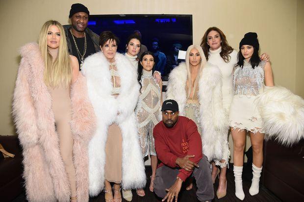 Kanye West a pu compter sur le soutien de sa famille, le clan Kardashian-Jenner. De gauche à droite : Khloé, Lamar, Kris, Kendall, Kourtney, Kim, Caitlyn et Kylie.