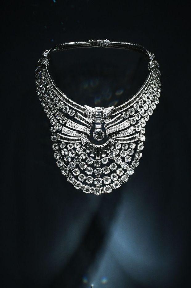 Le collier de l'ancienne reine Nazli d'Egypte, de Van Cleef & Arpels, présenté dans l'exposition «Pierres précieuses» du Museum national d'histoire naturelle à Paris, le 15 septembre 2020