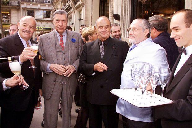 Pierre Troisgros, Alain Terrail, Paul Bocuse et Alain Senderens trinquent, en octobre 2000 au Pavillon Gabriel à Paris.