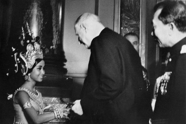 La princesse Norodom Bopha Devi avec le président Charles de Gaulle, à l'Opéra de Paris le 26 juin 1964