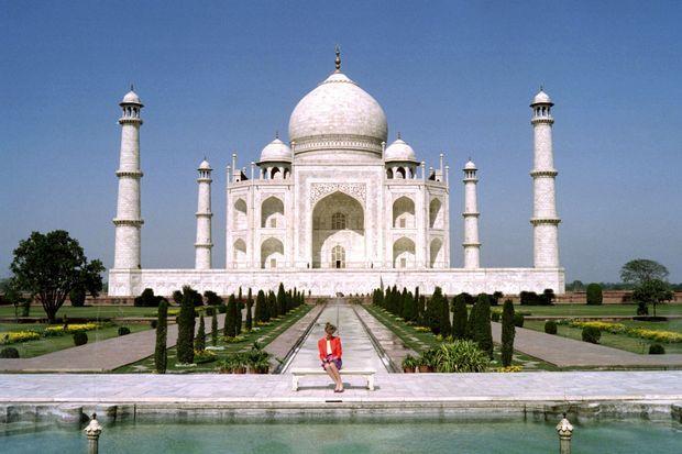 La princesse de Galles Diana photographiée sans son époux le prince Charles devant le Taj Mahal en Inde, le 11 février 1992