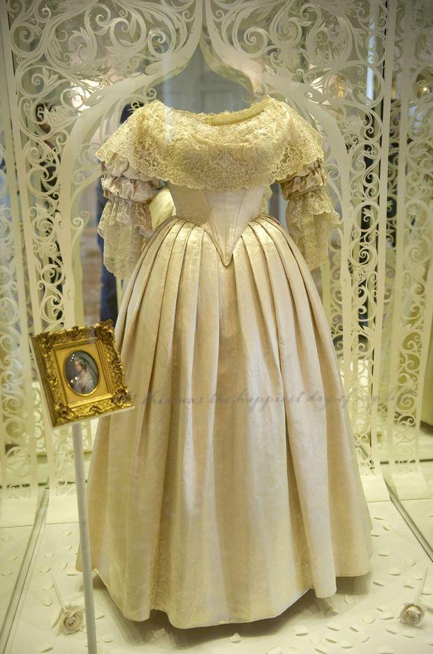 La robe de mariée de la reine Victoria exposée à Kensington Palace à Londres en 2012