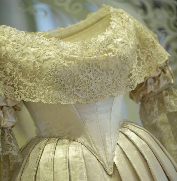 Détail de la dentelle de la robe de mariée de la reine Victoria exposée à Kensington Palace à Londres en 2012
