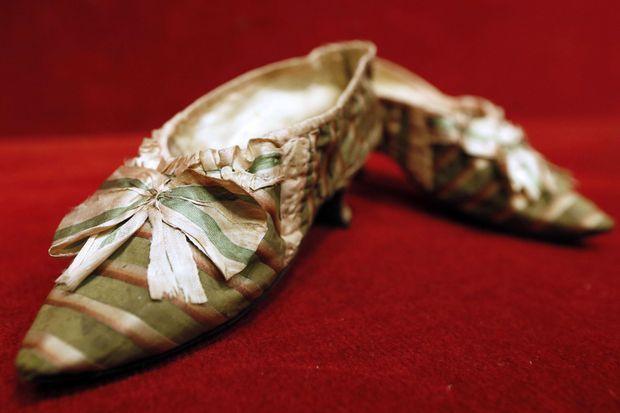 Chaussures ayant appartenu à la reine Marie-Antoinette, vendues aux enchères à Drouot à Paris en 2012