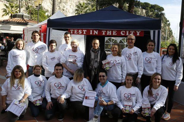 Stéphanie avec des bénévoles de son association Fight Aids Monaco, le 25 novembre 2015