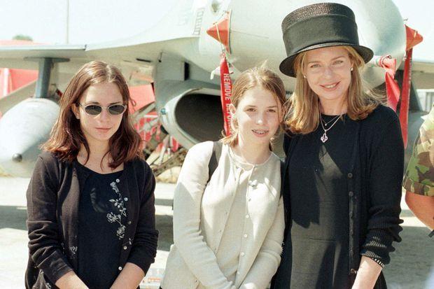 La princesse Raiyah de Jordanie (au centre) avec sa mère la reine Noor et sa sœur la princesse Iman le 24 juillet 1999