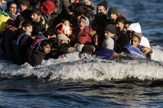 Le 2 novembre: une embarcation surchargée de réfugiés arrive sur l'île de Lesbos.
