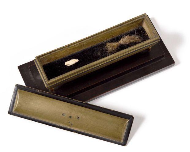 Le reliquaire contenant un petit os et une mèche de cheveux de Louis XVI en vente chez Osenat à Versailles le 23 novembre 2019