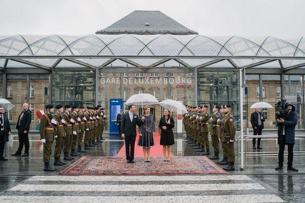 Le prince héritier Guillaume de Luxembourg et la princesse Stéphanie à la gare de Luxembourg, le 17 octobre 2019
