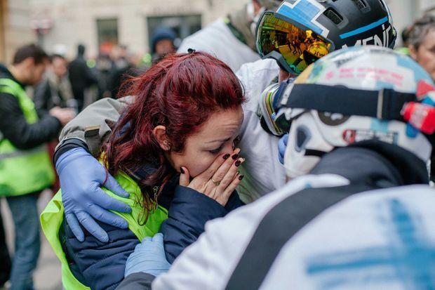 A Bordeaux, le 12 janvier, la femme du pompier touché à la tête par un tir, découvre son mari au sol. Les street medics tentent de la réconforter.