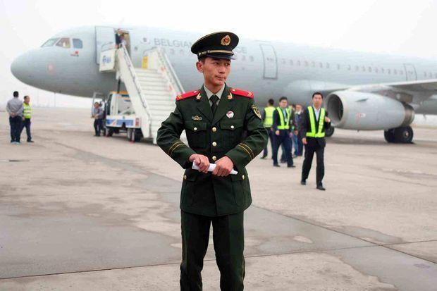 L'avion du roi Philippe de Belgique et de la reine Mathilde sur l'aéroport d'Hohhot en Chine, le 14 octobre 2016