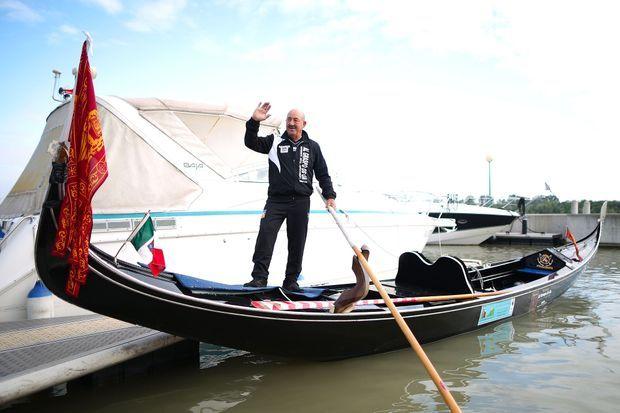 Vittorio Orio sur sa gondole.