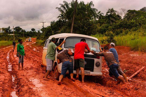 Un van coincé dans la boue.