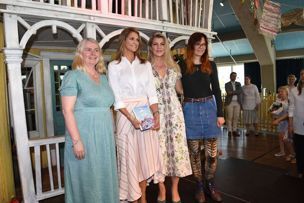 La princesse Madeleine de Suède avec les co-auteures et l'illustratrice de son livre lors de son lancement, le 4 juin 2019