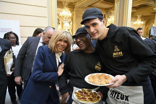 Normalement, Abou (au milieu) et Antoine sont en cuisine. Mais pour l'occasion – et une photo avec la première dame – ils font le service.