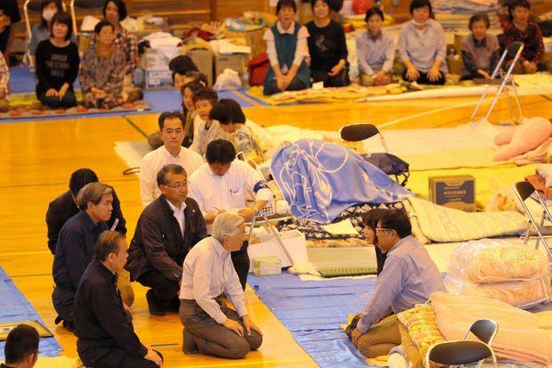 L'empereur Akihito du Japon avec les sinistrés du séisme de Kumamoto, le 19 mai 2016
