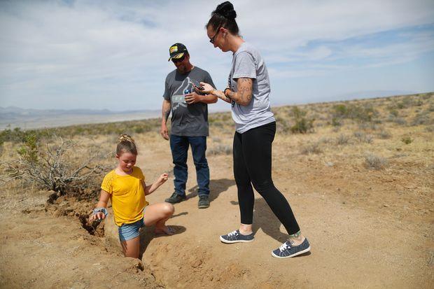 Une fillette s'amuse à glisser sa jambe dans la faille qui est apparue en Californie, suite au séisme.