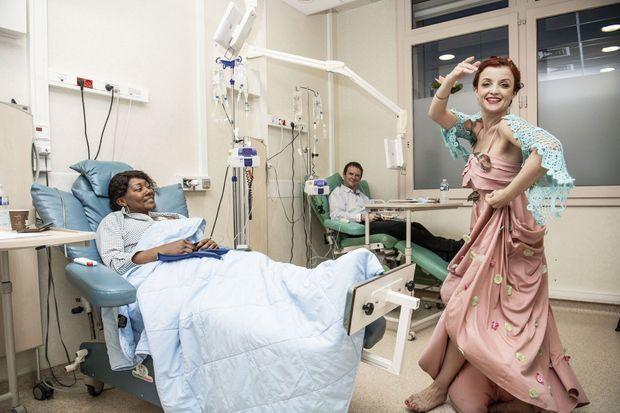 Aux actes de vente, elle préfère désormais les actes de danse. Aude Michon a quitté son étude de notaire. Chaque jour, avec son association Elles dansent, elle offre sa grâce et son énergie à des malades du cancer, comme ici à l'hôpital Gustave-Roussy de Villejuif.