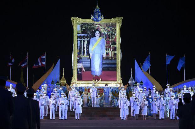 Cérémonie organisée à Bangkok pour le 88e anniversaire de la reine Sirikit de Thaïlande avec le Premier ministre et sa femme, le 12 août 2020