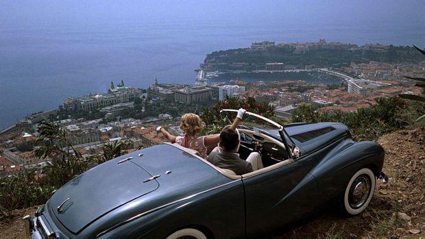 """Grace Kelly et Gary Grant au dessus de Monaco dans """"La Main au collet"""" d'Alfred Hitchcock"""
