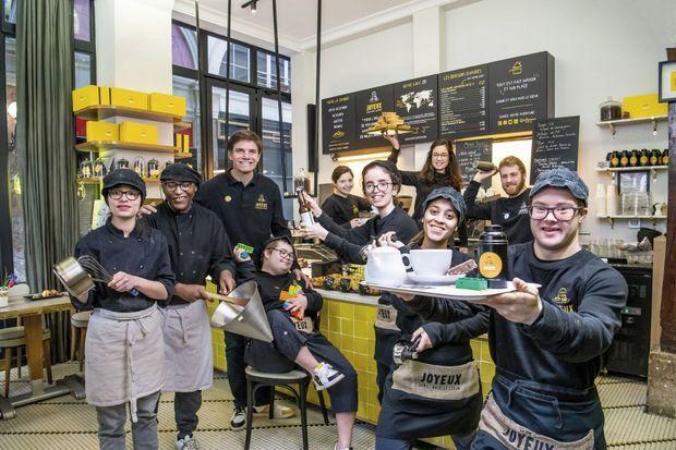 Autour de Yann Bucaille-Lanrezac, l'équipe du quartier de l'Opéra, à Paris. Avec Rennes, bientôt Bordeauxet les Champs-Elysées, les cafés Joyeux vont salarier plus d'une cinquantaine de personnes.